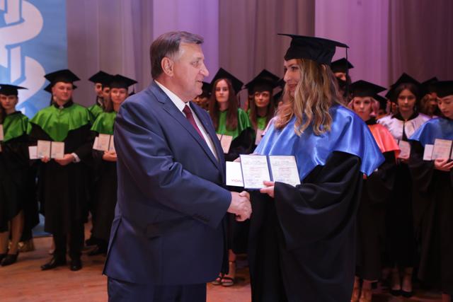 выпускнице фармацевтического факультета вручает диплом Р.А.Часнойть